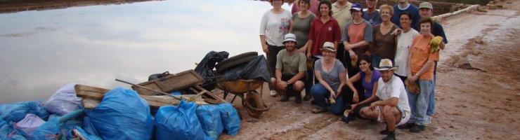 Fotografia de grup amb els residus recollits