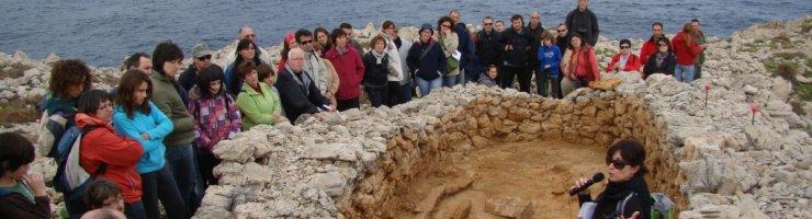 Explicacions sobre les navetes del poblat fortificat de Cala Morell