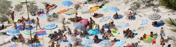 Macarelleta 2012. Gent instal·lada darrera el cordò de protecció dunar.