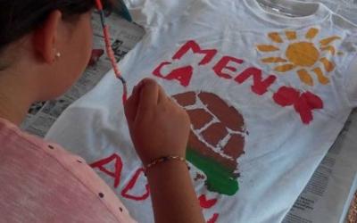 El taller d'estampació de samarretes, tot un èxit d'aquest estiu