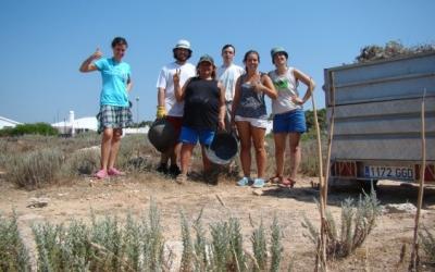 El grup de voluntaris i els 300 Kgs de planta invasora eradicats