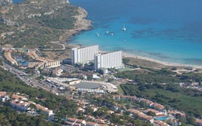 Els dos hotels causen un gran impacte paisatgístic a la zona.