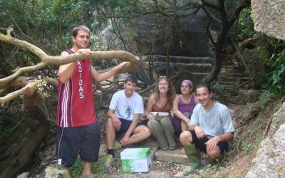 Els voluntaris que van alliberar la família d'eriçons, a les pedreres de Líthica.