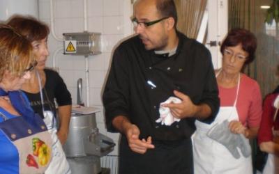 En Joan comprovant la cocció d'un plat