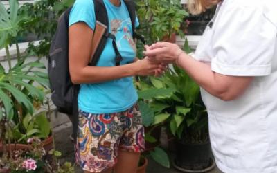 El personal del geriàtric rep amb il·lusió un nou pardalet que porta una voluntària.